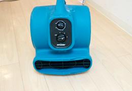 扇風機で床を乾かす