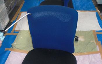 汚れでくすんでいる椅子