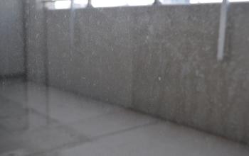 毎日の汚れが蓄積された窓